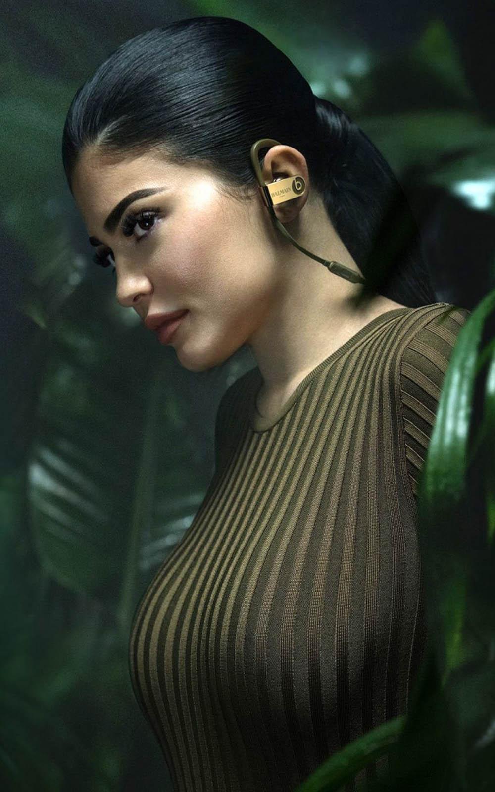 Kylie Jenner In Balmain 2017 4K Ultra HD Mobile Wallpaper