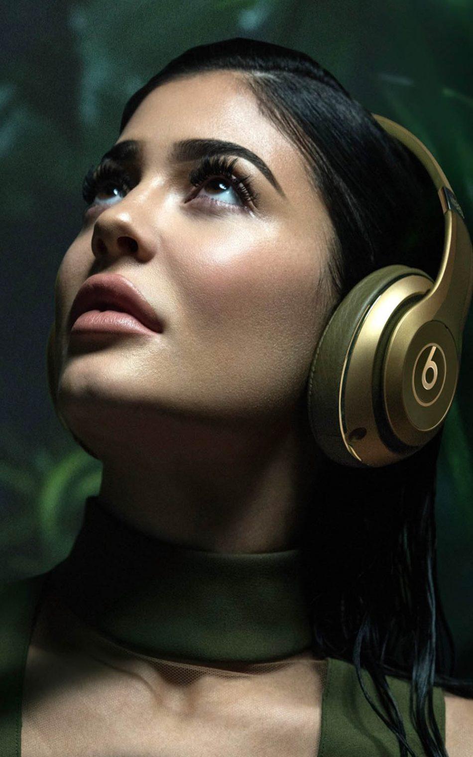 Kylie Jenner Using Beats HD Mobile Wallpaper