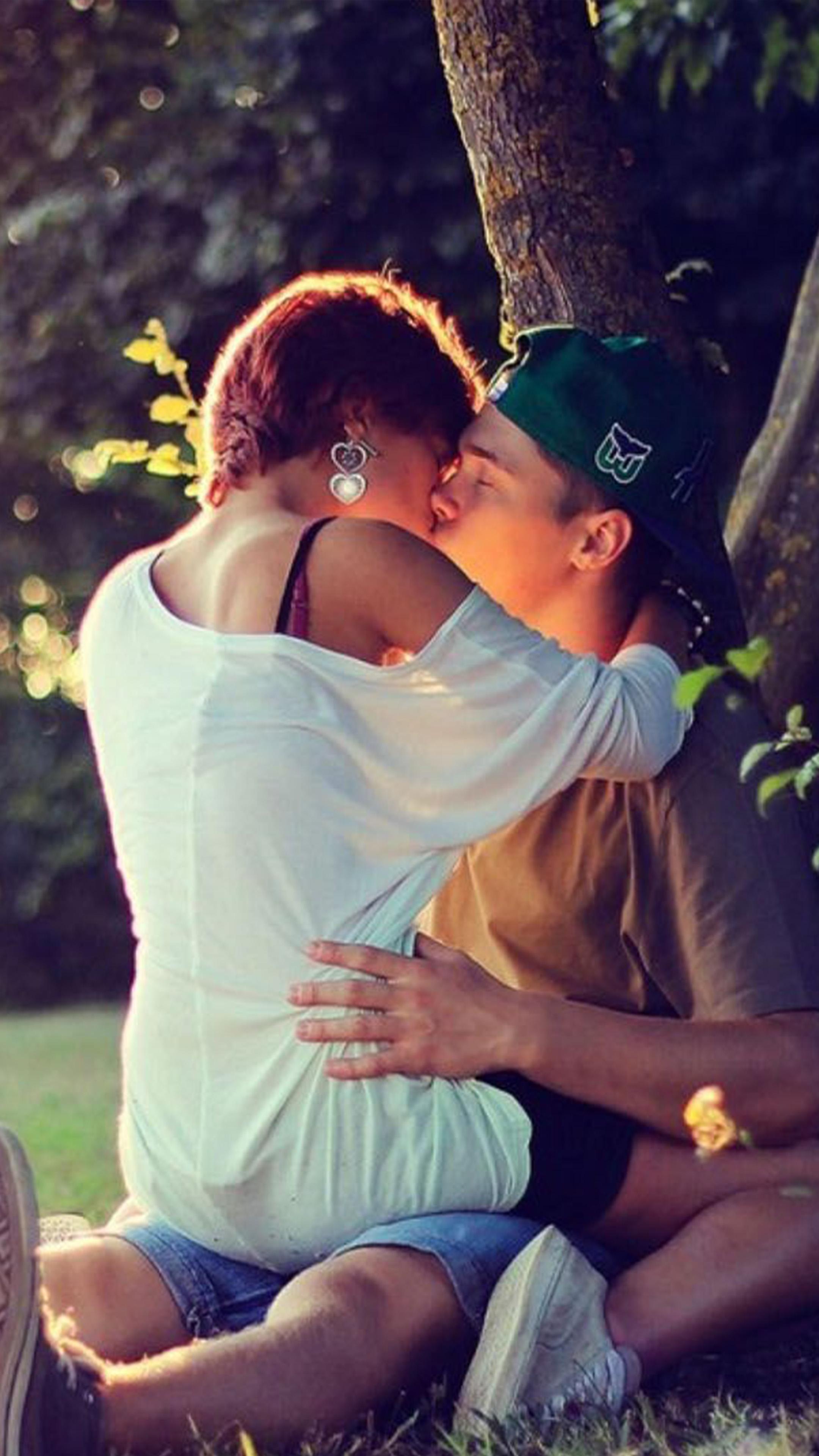 Download couple kiss sunray free pure 4k ultra hd mobile - 4k kiss wallpaper ...