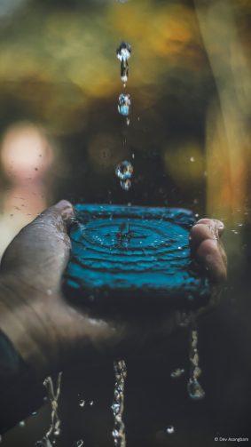 Hand Mobile Phone Water Splash 4K Ultra HD Mobile Wallpaper