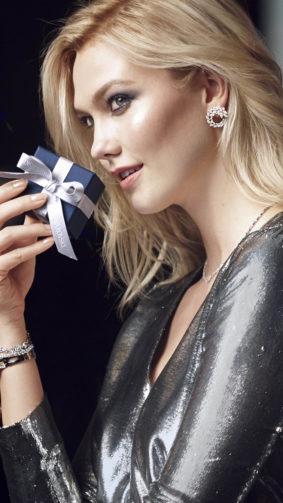 Model Karlie Kloss With Gift 4K Ultra HD Mobile Wallpaper