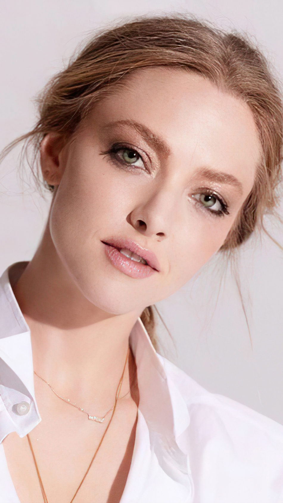 Beautiful Actress Amanda Seyfried In White Dress 4K Ultra HD Mobile Wallpaper