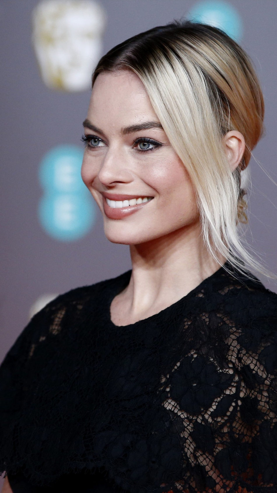 Margot Robbie At Live Show 4K Ultra HD Mobile Wallpaper